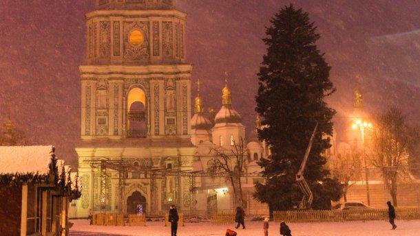 Главную елку Украины уже украсили гигантскими фонариками игирляндами